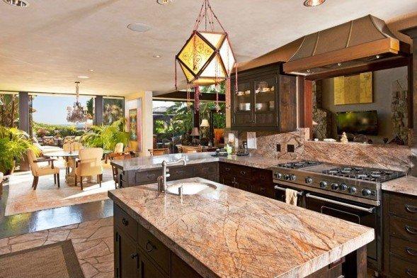 Goldie-Hawns-kitchen-014933-589x392